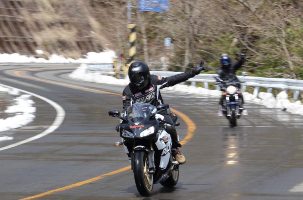 バイク乗りなら【ヤエー】は知っておきたい!意味・やり方を詳しくご紹介|モリバイク